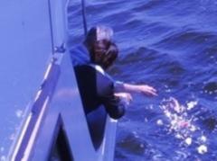 海洋散骨をしている場面